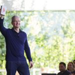 Tim-Cook_billionth-iphone