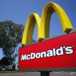 下載自路透 A McDonald's sign is shown at the entrance to one of the company's restaurants in Del Mar, California September 10, 2012. REUTERS/Mike Blake  (UNITED STATES - Tags: BUSINESS LOGO) - RTR37SNF