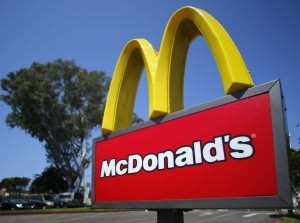 下載自路透 A McDonald's sign is shown at the entrance to one of the company's restaurants in Del Mar, California September 10, 2012. REUTERS/Mike Blake  (UNITED STATES - Tags: BUSINESS LOGO) - RTR37SNF