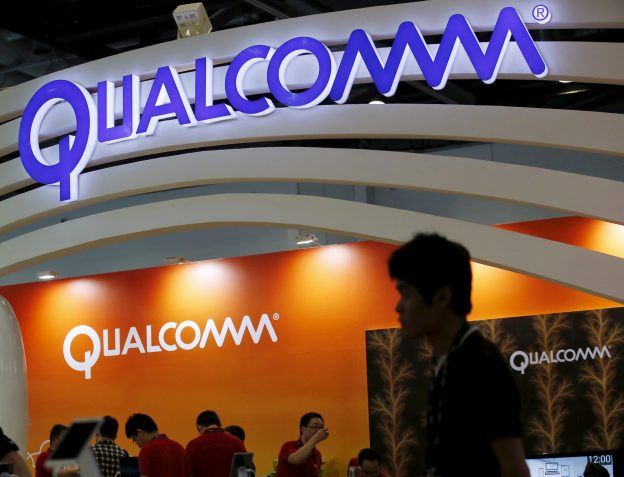 下載自路透 Qualcomm's logo is seen at its booth at the Global Mobile Internet Conference (GMIC) 2015 in Beijing, China, April 28, 2015. REUTERS/Kim Kyung-Hoon  - RTX1ALJD