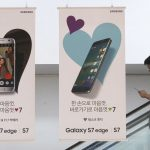 下載自美聯社 A visitor passes banners advertising Samsung Electronics Galaxy S7 Edge smartphone at the company's showroom in Seoul, South Korea, Thursday, July 28, 2016. Samsung Electronics Co. reported Thursday forecast-beating earnings results that were the best in two years as consumers snapped up its Galaxy smartphones in signs of a revival in its mobile phone business. (AP Photo/Ahn Young-joon)