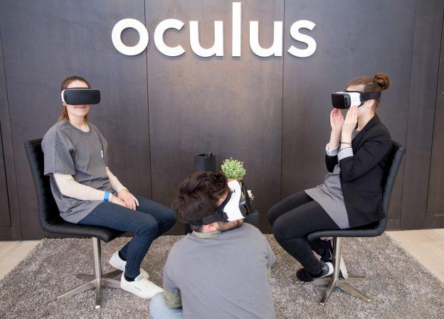 下載自美聯社 Facebook-Mitarbeiter mit der Virtual Reality-Brille von Oculus am 25.02.2016 in Berlin im Facebook Innovation Hub. Photo by: Kay Nietfeld/picture-alliance/dpa/AP Images