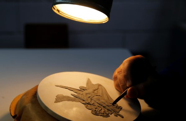 下載自路透 Nelson Carneiro, craftsman from the Casa da Moeda do Brasil (Brazilian Mint) works on the Rio 2016 Olympic medal mold in Rio de Janeiro, Brazil, June 28, 2016. REUTERS/Sergio Moraes - RTX2IRUC