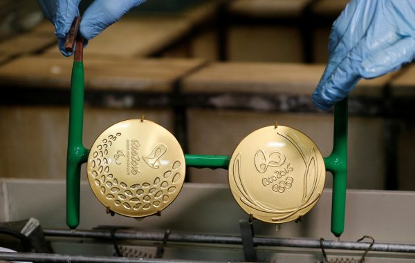 下載自路透 A worker from the Casa da Moeda do Brasil (Brazilian Mint) takes out gold-plated Rio 2016 Olympic and Paralympic medals in Rio de Janeiro, Brazil, June 28, 2016. REUTERS/Sergio Moraes - RTX2IRUF