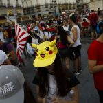 "下載自美聯社 FILE - In this Thursday, July 28, 2016, file photo, fans play the highly addictive ""Pokemon Go"" game during a gathering in central Madrid, Spain, to play the computer game. Since debuting to wild adulation in the U.S., Australia and New Zealand this month, the game from Google spinoff Niantic Inc. has spread like wildfire, launching in more than 30 countries or territories, but not Brazil. For athletes and other visitors caught up in the wave, not having access is just one more knock against an Olympics that officials are racing to get ready. The opening ceremony takes place Friday, Aug. 5. (AP Photo/Daniel Ochoa de Olza, File)"