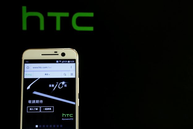下載自路透 HTC 10, an Android-based smartphone, is displayed during its launch event in Taitung, Taiwan April 12, 2016. REUTERS/Tyrone Siu - RTX29LAF
