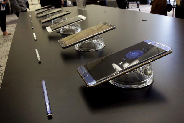 下載自美聯社 In this July 28, 2016, photo, the Galaxy Note 7, foreground, is displayed in New York. Samsung releases an update to its jumbo smartphone and virtual-reality headset, mostly with enhancements rather than anything revolutionary during a preview of Samsung products. (AP Photo/Richard Drew)