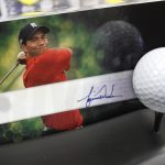 下載自美聯社 Golfer Tiger Woods autographed card with a Nike golf ball on display at a sports shop in Belmont, Calif., Wednesday, Dec. 9, 2009. The set is selling for $500. (AP Photo/Paul Sakuma)