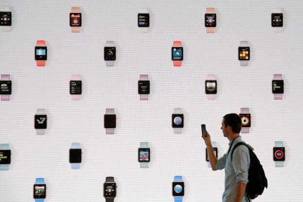 下載自路透 A man walks before a screen displaying the Apple Watch during a preview event at the new Apple Store Williamsburg in Brooklyn, New York, U.S., July 28, 2016.  REUTERS/Andrew Kelly  - RTSK4MM