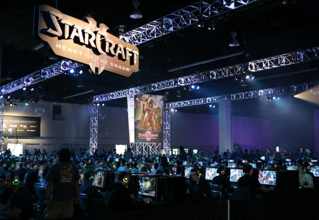 下載自美聯社 Fans and players from around the world play StarCraft II: Heart of the Swarm at BlizzCon 2011 in Anaheim, Calif. on Saturday, Oct. 22, 2011. (Derek Bauer/AP Images for Blizzard)