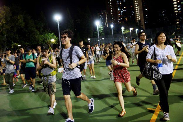 """下載自路透 People run as they play the augmented reality mobile game """"Pokemon Go"""" in Hong Kong, China August 6, 2016. Picture taken on August 6, 2016. REUTERS/Tyrone Siu - RTSLVB6"""