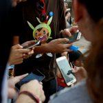 """下載自路透 People play the augmented reality mobile game """"Pokemon Go"""" by Nintendo at Puerta del Sol square in Madrid, Spain July 28, 2016. REUTERS/Sergio Perez - RTSK555"""