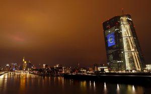 """圖片來源:《達志影像》 圖片取自路透社 The head quarter of the European Central Bank (ECB) is illuminated with a giant euro sign at the start of the """"Luminale, light and building"""" event in Frankfurt, Germany, March 12, 2016. REUTERS/Kai Pfaffenbach  - RTX28VNZ"""