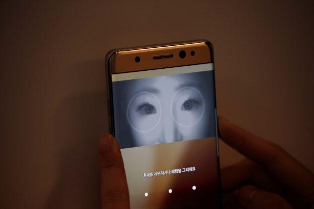 下載自路透 A model demonstrates iris recognition function of Galaxy Note 7 new smartphone during its launching ceremony in Seoul, South Korea, August 11, 2016.  REUTERS/Kim Hong-Ji - RTSMK4Q