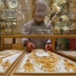 圖片來源:《達志影像》 圖片取自路透社 A salesman arranges a gold necklace in a display case inside a jewellery showroom on the occasion of Akshaya Tritiya, a major gold buying festival, in Kolkata, India, May 9, 2016. REUTERS/Rupak De Chowdhuri - RTX2DHNQ