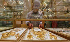 圖片來源:《達志影像》 圖片取自路透社 A salesman arranges a gold necklace in a display case inside a jewellery showroom on the occasion of Akshaya Tritiya, a major gold buying festival, in Kolkata, India, May 9, 2016. REUTERS/Rupak De Chowdhuri - RTX2DHNQ