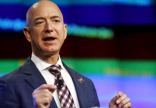 下載自路透 Jeff Bezos, owner of The Washington Post, delivers remarks at the grand opening of the Washington Post newsroom in Washington January 28, 2016.  REUTERS/Gary Cameron - RTX24G32