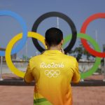 下載自美聯社 A volunteer photographs a set of Olympic Rings at Olympic Park in Rio de Janeiro, Brazil, Friday, July 29, 2016. (AP Photo/Patrick Semansky)