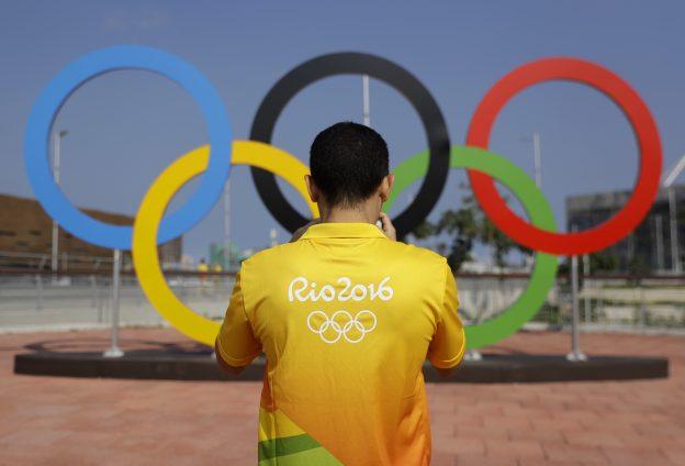 下載自美聯社 A volunteer photographs a set of Olympic Rings at Olympic Park in Rio de Janeiro, Brazil, Friday, July 29, 2016. (AP Photo/Patrick Semansky)