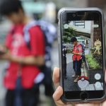 "圖片來源:《達志影像》 圖片取自美聯社 FILE - In this July 22, 2016 file photo, Japanese students play ""Pokemon Go"" in the street as its released in Tokyo. Japanese video game maker Nintendo Co. has sunk into a loss of 24.53 billion yen ($232 million) for the fiscal first quarter through June, 2016 despite the global success of the ""Pokemon Go"" augmented reality game. The result Wednesday, July 27, 2016, was worse than the 673 million yen ($6.4 million) profit forecast by analysts surveyed by FactSet. (AP Photo/Koji Sasahara, File)"
