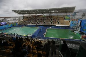 下載自美聯社 FILE - In this Aug. 10, 2016 file photo, the water of the diving pool at right appears a murky green as the water polo pool at left appears a greener color than the previous day during a preliminary round match between United States and France in the Maria Lenk Aquatic Center at the 2016 Summer Olympics in Rio de Janeiro, Brazil. Halfway through the Olympics, Rio de Janeiro is still struggling with a litany of problems that have underlined the challenges of taking the games away from their traditional territories, and made clear the games may not go to untested regions again in the near future.  (AP Photo/Matt Dunham, File)