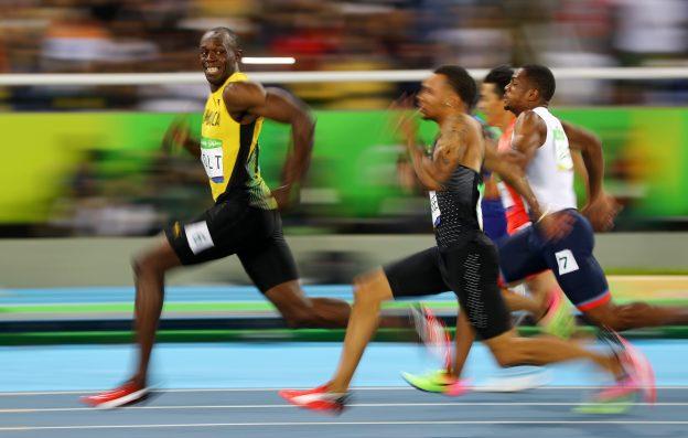 下載自路透 2016 Rio Olympics - Athletics - Semifinal - Men's 100m Semifinals - Olympic Stadium - Rio de Janeiro, Brazil - 14/08/2016. Usain Bolt (JAM) of Jamaica looks at Andre De Grasse (CAN) of Canada as they compete.  REUTERS/Kai Pfaffenbach  TPX IMAGES OF THE DAY FOR EDITORIAL USE ONLY. NOT FOR SALE FOR MARKETING OR ADVERTISING CAMPAIGNS.   - RTX2KUAJ