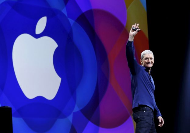 下載自路透 Apple CEO Tim Cook waves as he arrives on stage to deliver his keynote address at the Worldwide Developers Conference in San Francisco, California, U.S. June 8, 2015.  REUTERS/Robert Galbraith/File Photo - RTSKWQH