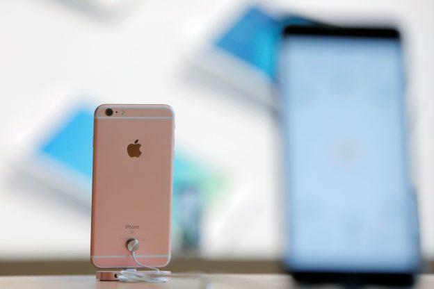 下載自路透 iPhones sit on display during a preview event at the new Apple Store Williamsburg in Brooklyn, New York, U.S., July 28, 2016.  REUTERS/Andrew Kelly  - RTSK4NH