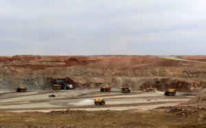 圖片來源:《達志影像》 圖片取自路透社 Mining trucks are seen at the Oyu Tolgoi mine in Mongolia's South Gobi region June 23, 2012. REUTERS/David Stanway/File Photo - RTX2DGHL