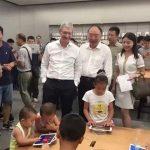 Tim Cook 探訪重慶蘋果零售店,小果粉專心玩遊戲不識 CEO