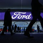 下載自路透 Attendees walk by the Ford display at the North American International Auto Show in Detroit, January 11, 2016.   REUTERS/Mark Blinch - RTX21XCC