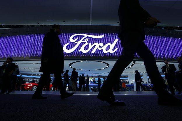 下載自路透 Attendees walk by the Ford display at the North American International Auto Show in Detroit, January 11, 2016.   REUTERS/Mark Blinch - RTX21XCC