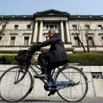 圖片來源:《達志影像》 圖片取自路透社 A man rides a bicycle past the Bank of Japan (BOJ) building in Tokyo March 18, 2009. REUTERS/Yuriko Nakao/File Photo  - RTSKO1R