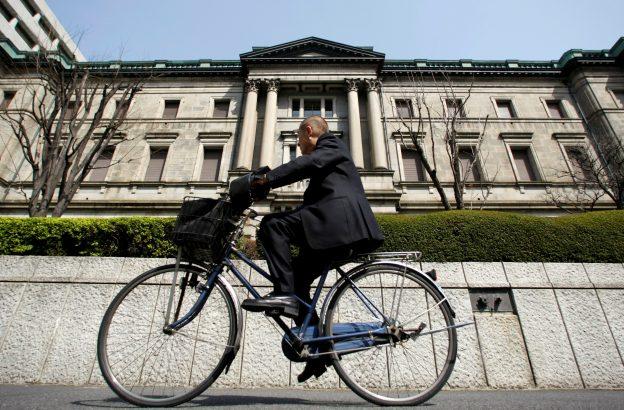 圖片來源:《達志影像》 圖片取自路透社 A man rides a bicycle past the Bank of Japan (BOJ) building in Tokyo March 18, 2009. REUTERS/Yuriko Nakao/File Photo  - RTSKO1R