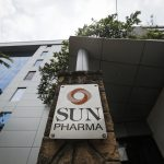 下載自路透 A logo of Sun Pharmaceutical Industries Ltd at its research and development center in Mumbai April 7, 2014.  India's Sun Pharmaceutical Industries Ltd Managing Director Dilip Shanghvi said he expects Ranbaxy Laboratories Ltd to become profitable in the short term. Sun said it will buy Ranbaxy in a $3.2 billion all-share deal, creating the world's fifth-largest generic drug maker from two firms struggling with quality issues in the lucrative United States market. Sun plans to focus on remediation of compliance issues that have resulted in bans at multiple Ranbaxy plants, Shanghvi told analysts on a conference call. REUTERS/Danish Siddiqui (INDIA - Tags: BUSINESS HEALTH) - RTR3K88T