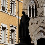 圖片來源:《達志影像》 圖片取自路透社 The main entrance of the Monte dei Paschi bank headquarters is seen in Siena, Italy March 13, 2012.  REUTERS/Max Rossi/File Photo - RTSLIVX