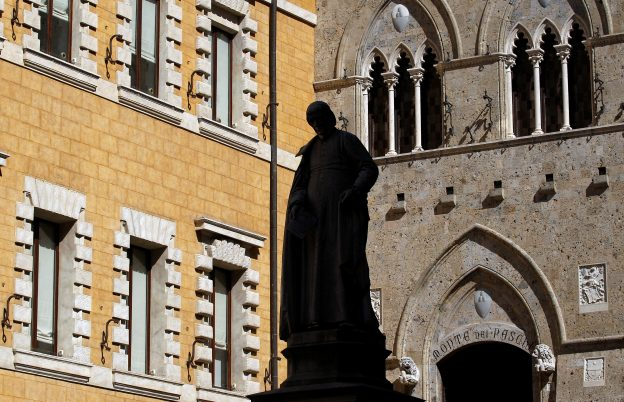 圖片來源:《達志影像》 圖片取自路透社 The main entrance of the Monte dei Paschi bank headquarters is seen in Siena, Italy March 13, 2012.  REUTERS/Max Rossi/File Photo - RTSLIVX