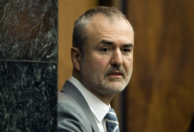 下載自美聯社 FILE - In this Wednesday, March 16, 2016, file photo, Gawker Media founder Nick Denton arrives in a courtroom in St. Petersburg, Fla. Spanish-language broadcaster Univision has bought Gawker Media in an auction for $135 million. That's according to a person familiar with the matter who asked not to be identified because the deal had not been formally announced. (AP Photo/Steve Nesius, Pool, File)