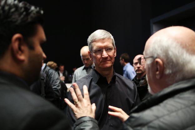 下載自路透 Apple Inc. CEO Tim Cook talks to members of the media during an Apple event in San Francisco, California October 22, 2013.    REUTERS/Robert Galbraith (UNITED STATES  - Tags: BUSINESS SCIENCE TECHNOLOGY BUSINESS TELECOMS)   - RTX14K5I