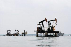 下載自路透 Oil pumps are seen in Lake Maracaibo, in Lagunillas, Ciudad Ojeda, in the state of Zulia, Venezuela, in this March 20, 2015 file photo.  REUTERS/Isaac Urrutia/Files - RTSDT56