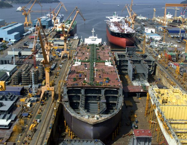下載自路透 The plant of South Korea's Daewoo Shipbuilding is seen in Koeje island of South Kyongsang province, about 470 km southeast of Seoul May 15, 2001. [Shin Young-kyun, president and CEO of the world's second largest shipyard said on Tuesday his company is expected to graduate from creditors' debt workout programme in August.  ] - RTXKIFQ