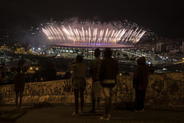 下載自美聯社 People watch from the Mangueira slum fireworks exploding above the Maracana stadium during the closing ceremony for the Summer Olympics in Rio de Janeiro, Brazil, Sunday, Aug. 21, 2016. (AP Photo/Felipe Dana)