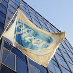 下載自美聯社 The Pfizer flag flies in front of world headquarters, Monday, Nov. 23, 2015, in New York. Pfizer and Allergan will join in a $160 billion deal to create the world's largest drugmaker. (AP Photo/Mark Lennihan)