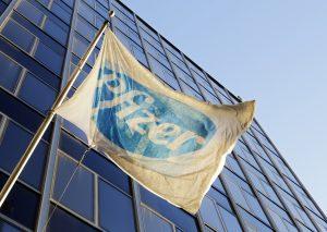 下載自美聯社 The Pfizer flag flies in front of world headquarters, Monday, Nov. 23, 2015, in New York. Pfizer and Allergan will join in a $160 billion deal to create the world's largest drugmaker. (AP Photo/Mark Lennihan)