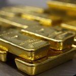 下載自路透 Gold bars are stacked in the safe deposit boxes room of the Pro Aurum gold house in Munich March 3, 2014. The rising threat of war between Ukraine and Russia sent investors scurrying for relative safety on Monday, pushing stocks down sharply - the Moscow market fell 11.5 percent - and lifting gold to a four-month high.  REUTERS/Michael Dalder(GERMANY - Tags: BUSINESS COMMODITIES SOCIETY) - RTR3FZNA