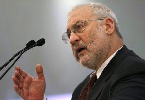 """圖片來源:《達志影像》 圖片取自路透社 Nobel-prize winning economist Joseph Stiglitz delivers a speech during an economic conference in Athens February 2, 2010. Greece said on Tuesday its fiscal problems were also an issue for the whole of the euro zone, warning other members may fall prey to what its leaders called an """"unprecedented"""" attack by speculators.      REUTERS/Yiorgos Karahalis  (GREECE - Tags: BUSINESS POLITICS) - RTR29R4O"""