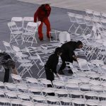 下載自美聯社 Workers rearrange chairs after they were blown over by the wind before the start of the Summer Olympics closing ceremony inside Maracana stadium in Rio de Janeiro, Brazil, Sunday, Aug. 21, 2016. (AP Photo/Jae C. Hong)
