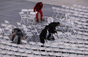 下載自美聯社 Workers rearrange chairs after they were blown over by the wind before the start of the Summer Olympics closing ceremony inside Maracana stadium in Rio de Janeiro, Brazil, Sunday, Aug. 21, 2016. (AP Photo/Jae C. Hong)