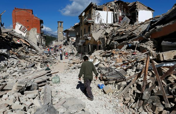 下載自路透 A man walks amidst rubble following an earthquake in Pescara del Tronto, central Italy, August 24, 2016. REUTERS/Remo Casilli TPX IMAGES OF THE DAY - RTX2MTHB
