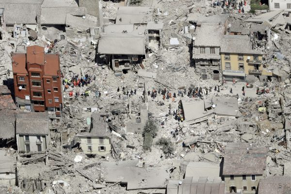 下載自美聯社 This aerial photo shows the damaged buildings in the town of Amatrice, central Italy, after an earthquake, Wednesday, Aug. 24, 2016. The magnitude 6 quake struck at 3:36 a.m. (0136 GMT) and was felt across a broad swath of central Italy, including Rome where residents of the capital felt a long swaying followed by aftershocks. (AP Photo/Gregorio Borgia)